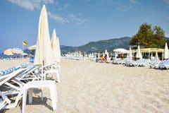 Tropischer Hintergrund des sandigen Strandes des Erholungsortes Selektiver Fokus Sommerferien auf Seestrand nahe Bergen Lizenzfreies Stockfoto