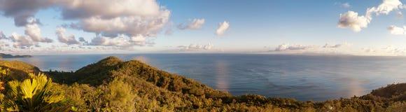 Tropischer Inselsonnenuntergang vom hohen Berg Lizenzfreie Stockfotografie
