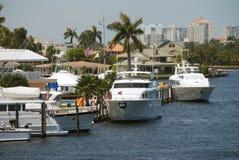 Tropischer Jachthafen und Yachten Stockfotos