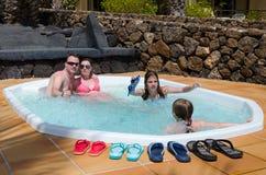 Tropischer Jacuzzi für ganze Familie Stockfotografie