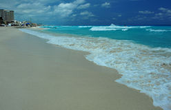 Tropischer Meerblick mitten in sonnigem Tag lizenzfreies stockbild