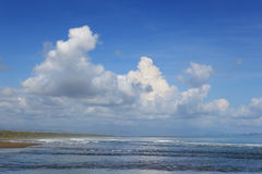 Tropischer Meerblick w bewölkt N-Himmel Stockbilder