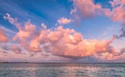 Tropischer Morgenmeerblick in Malediven Stockfotografie
