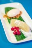 Tropischer Nachtisch mit Banane und Eiscreme Stockbilder