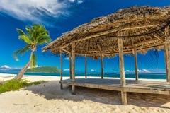 Tropischer natürlicher Strand auf Samoa-Insel mit Palme und fale Lizenzfreies Stockbild