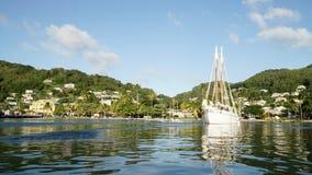 Tropischer Ozean und Strand mit Segelbootsyacht in den Tobago-Cays, St. Vincent und die Grenadinen, Karibisches Meer stockbild