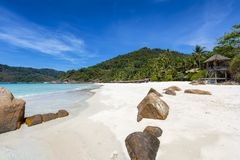 Tropischer Paradiesstrand auf Insel Pulau Reddang in Malaysia stockbild