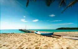 Tropischer Paradiesstrand der schönen Ansicht des Erholungsortes Kokosnussbaum, Holzbrücke und Kajak am Erholungsort am sonnigen  stockbilder