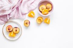 Tropischer Pfirsich und orange Früchte für frischen Saft mit Draufsichtraum des Hintergrundes des Tuches weißem für Text Lizenzfreie Stockfotos