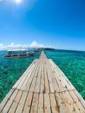 Tropischer Pier mit klaren Wasser Stockfotografie