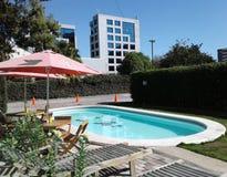 Tropischer Pool- und Spaßmoment Stockbild