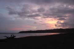 Tropischer purpurroter Sonnenuntergang in Panama lizenzfreie stockfotografie