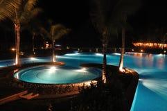 Tropischer Rücksortierung-Swimmingpool nachts Stockfotos
