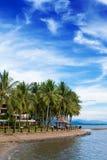 Tropischer Rücksortierungfeiertag durch den Strand Lizenzfreie Stockfotos