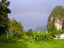 Tropischer Regenbogen über Krabi, Thailand Stockfotografie