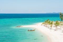 Tropischer Sand-Strand, Boot im Gree Ozean Stockbilder