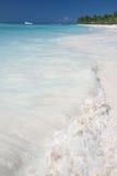 Tropischer Sand-Strand, Ozean und Palmen Lizenzfreies Stockfoto