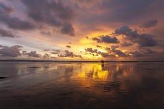 Tropischer sandiger schöner Strand von Kuta in Bali bei Sonnenuntergang indonesien stockfotografie