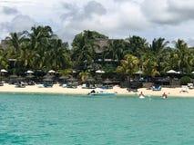 Tropischer sandiger Strand lizenzfreie stockfotografie