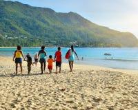 Tropischer sandiger Strand auf Seychellen-Inseln Stockfotos