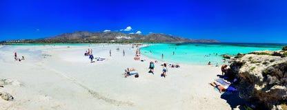 Tropischer sandiger Strand mit Türkiswasser Stockbild