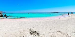 Tropischer sandiger Strand mit Türkiswasser Lizenzfreie Stockbilder