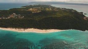 Tropischer Sandstrand mit Palmen stock video