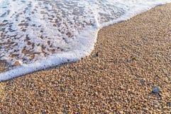 Tropischer Sandstrand mit Welle Stockfotos