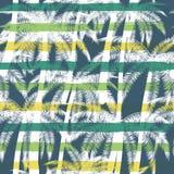 Tropischer Sommerdruck mit Palme mit Streifenhintergrund Vector nahtloses Muster Lizenzfreies Stockfoto