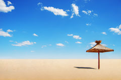 Tropischer Sonnenschutz und Wolken Stockbild