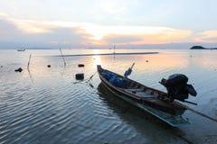 Tropischer Sonnenuntergang auf dem Hintergrund von Fischerbooten Lizenzfreies Stockfoto