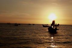 Tropischer Sonnenuntergang auf dem Strand thailand Stockbilder