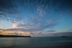tropischer Sonnenuntergang auf Maldives Stockbilder