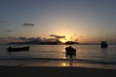 Tropischer Sonnenuntergang am Strand stockfotos