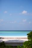 Tropischer Strand auf der Ozeanküste Malediven Stockfotografie
