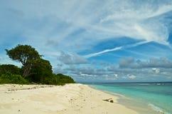 Tropischer Strand auf der unbewohnten Insel in den Malediven stockfoto