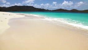 Tropischer Strand auf einer Insel stock video