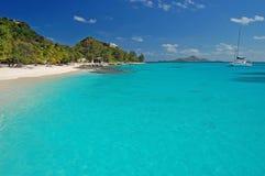 Tropischer Strand auf Palmen-Insel mit Katamaran Stockbild
