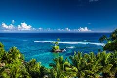 Tropischer Strand auf Samoa-Insel mit Palmen auf kleiner Insel, Stockfoto