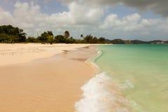Tropischer Strand-blauer bewölkter Himmel lizenzfreies stockfoto