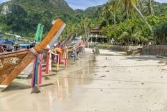Tropischer Strand, Boote des langen Hecks, Thailand Stockbild