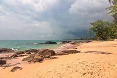Tropischer Strand am düsteren Wettertag Stockfotografie