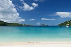Tropischer Strand in den Karibischen Meeren Lizenzfreies Stockbild