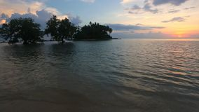 Tropischer Strand in der Ebbezeit auf Sonnenuntergang stock video footage