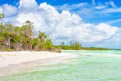 Tropischer Strand der Jungfrau mit Wellen des Türkiswassers in Kuba Stockfotos