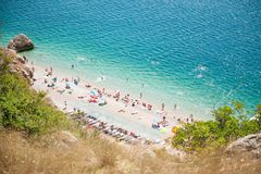 Tropischer Strand des schönen Sommers mit azurblauem Wassermeer und vielen stillstehenden Leuten Lizenzfreie Stockbilder