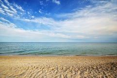 Tropischer Strand des Seemeerblicks mit sonnigem Himmel Sommerparadiesstrand Lizenzfreies Stockbild