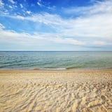 Tropischer Strand des Seemeerblicks mit sonnigem Himmel Sommerparadiesstrand Lizenzfreie Stockfotografie