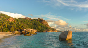 Tropischer Strand des Sonnenuntergangs Stockbild