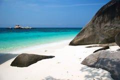 Tropischer Strand des weißen Sandes lizenzfreies stockbild